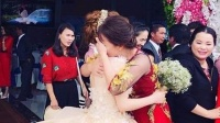 Xúc động hình ảnh cô dâu bật khóc nức nở vì phải xa bố mẹ sau ngày cưới
