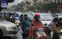 Người Hà Nội đội mưa, chen chúc trên nhiều tuyến phố trong ngày đi làm đầu tiên sau nghỉ Tết