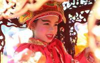Hội Gióng phát hơn 15.000 cành lộc, 'tung' hàng chục bảo vệ vây kín Tướng bà 9 tuổi để ngăn chặn 'nạn' tranh cướp