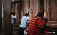 Nườm nượp đi chùa, người Sài Gòn bôi ấn đỏ lên mặt cầu may