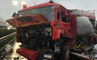 Clip: Cảnh tượng kinh hoàng khi xe khách tông trực diện xe cứu hỏa trên cao tốc