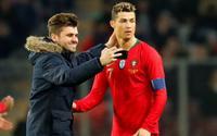 Bồ Đào Nha thua thảm, Ronaldo 'diễn' kiếm penaty vẫn được fan ôm hôn