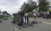 Xe biển xanh lật nhào sau va chạm, 4 người bị thương