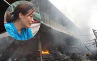 Nữ tiểu thương bật khóc nhìn hàng hóa bị thiêu rụi trong đám cháy dữ dội