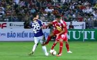 Dừng hình Đỗ Duy Mạnh bị cầu thủ HAGL đạp thẳng đầu gối