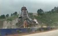 Gió thổi mạnh, tòa tháp 23 tầng sụp đổ trong vài giây