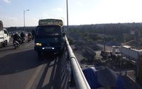 Tai nạn kinh hoàng: Va chạm với xe tải, đầu nạn nhân rơi từ trên cầu xuống đất