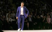 Bùi Tiến Dũng biểu diễn thời trang quốc tế khiến fan 'rụng tim': Vui hay buồn?