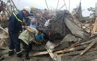 Đào bới tìm kiếm các nạn nhân trong đống đổ nát sau tai nạn sập giàn giáo công trình