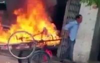 Clip gây phẫn nộ: Người đàn ông vác cả can xăng đốt xe kéo vì 'tội'… đậu trước nhà