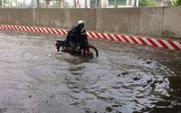 Chỉ sau một trận mưa đầu mùa, hầm chui mới xây dựng ở Sài Gòn đã hóa thành sông suối
