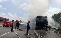 Xe giường nằm bốc cháy trên cao tốc, gần 20 hành khách thoát nạn