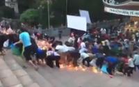Cảnh hỗn loạn vì chen cướp vật phẩm cúng tế ở Chùa Hương gây tranh cãi