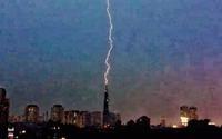 Khoảnh khắc tia sét 'xé toạc' bầu trời đánh thẳng vào tòa nhà Landmark 81