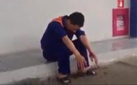Hành hung nhân viên bán xăng đến tóe máu vì nghi ngờ bị bán thiếu