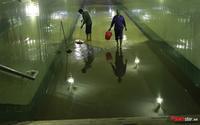 Hầm dành cho người đi bộ biến thành hồ nước sau trận mưa lớn kéo dài