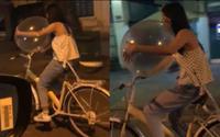 Xôn xao clip cô gái vừa đi xe đạp vừa thản nhiên hít bóng cười trên đường phố