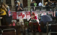 Fan hoàng gia Anh ăn ngủ lề đường, chầu chực từ sớm chờ 'đám cưới thế kỷ'