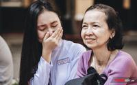 Câu chuyện cảm động về người mẹ đến trễ, lặng lẽ ngồi khóc sau sân trường trong buổi lễ con gái chia tay cấp 3