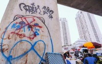 Chưa hoàn thành, trụ tuyến Metro đầu tiên ở Sài Gòn đã bị bôi bẩn bởi những hình vẽ xấu xí