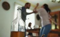 Thấy bố say rượu đánh chửi mẹ, con trai nhiều lần khuyên bảo không được đành ăn lá ngón tự vẫn