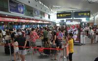 Bị hủy chuyến bay, hành khách nam ném điện thoại vào mặt nhân viên quầy vé