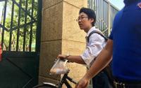 Tuyển sinh lớp 10: Xót lòng nam sinh cầm bánh mì chưa kịp ăn, hớt hải vào phòng thi giờ chót