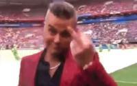 Hành động cực kỳ 'bẩn' của nam ca sĩ hát trong lễ khai mạc World Cup 2018