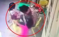 Clip: Bảo mẫu dùng tay 'liên hoàn tát' vào mặt bé gái 3 tuổi tại trường mầm non
