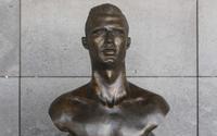Tượng Ronaldo tại sân bay Madeira bị thay thế khiến CĐV phẫn nộ