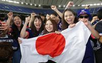 CĐV Nhật đi từ nghẹt thở tới vỡ òa cảm xúc trong cơn địa chấn tại World Cup