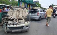 Ô tô 4 chỗ lao vào rào chắn rồi lật ngửa, nhiều hành khách chờ xe buýt hoảng sợ