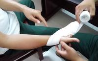 Thí sinh thi THPT QG là cảnh sát cơ động, bị thương ở tay, phải nhờ cán bộ coi thi chép bài hộ