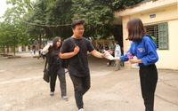 Sinh viên tình nguyện mùa thi THPT quốc gia - Nỗi lòng người vất vả vì sĩ tử nhưng vẫn bị chê không tiếc lời