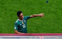 Ozil bất ngờ bị fan cuồng ĐT Đức tấn công sau thất bại trước Hàn Quốc