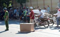 Nữ tài xế lùi xe hơi va chạm với xe gắn máy khiến 2 cháu bé tử vong