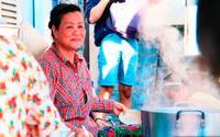 """Ăn tô cháo 5k của chị Tư Sài Gòn và nghe chuyện """"Con ơi con, nhớ giữ để giúp người nghèo nghen…"""""""