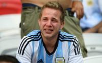 Fan Argentina khóc rưng rức trong ngày Messi cùng đồng đội bị loại
