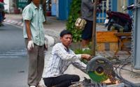 Người lao động đối mặt với nắng nóng gay gắt hơn 40 độ C giữa những gánh nặng mưu sinh