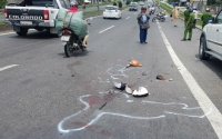 Xe tải tông xe máy trên dốc cầu, 2 mẹ con chết thảm