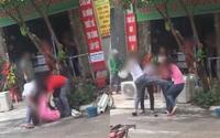 Giải cứu nhân tình bị đánh ghen giữa phố, chồng tung cước đạp thẳng chân vào bụng vợ khiến dân mạng phẫn nộ