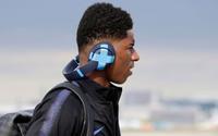 Vì sao các cầu thủ World Cup 2018 phải dán băng dính lên tai nghe?