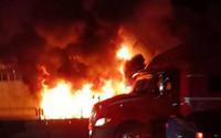 Hàng chục người cứu xe container bốc cháy trong đêm nhưng bất thành