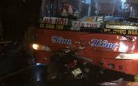 Xe máy va chạm với ô tô khách, 2 mẹ con chết thảm trong đêm mưa