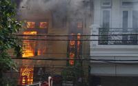 Cháy lớn tại ngôi nhà xây kiểu Pháp trên phố cổ Hà Nội, nhiều cháu nhỏ may mắn chạy thoát ra ngoài