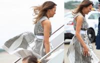 Đệ nhất phu nhân Mỹ Melania Trump ngại ngùng vì bị gió thổi tốc váy khi lên máy bay