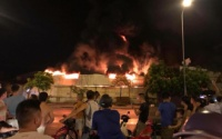 Cháy lớn tại nhà máy nhựa Hưng Yên rồi lan sang chợ Gạo, nhiều tiểu thương vội vã cứu hàng hóa