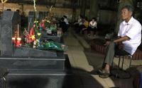 Giây phút cụ ông ngồi trước mộ đồng đội hàn huyên gây xúc động mạnh