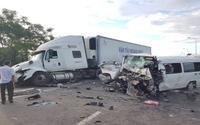 Ô tô rước dâu va chạm kinh hoàng với container, 13 người tử vong