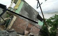 Cận cảnh hiện trường nhiều nhà nứt toác, đứt gãy trượt xuống sông Đà, dân phải di dời khẩn cấp